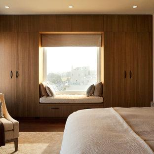 Свежая идея для дизайна: большая хозяйская спальня в современном стиле с бежевыми стенами и темным паркетным полом - отличное фото интерьера