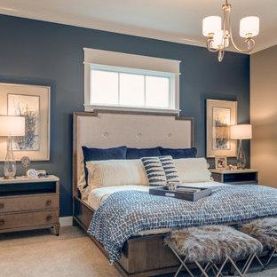 Aménagement d'une chambre avec moquette craftsman avec un mur bleu et aucune cheminée.