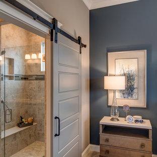 Imagen de dormitorio de estilo americano, sin chimenea, con paredes azules y moqueta