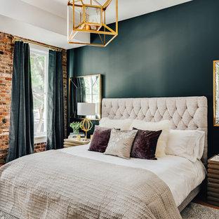 Diseño de dormitorio tipo loft, moderno, con paredes azules y suelo de madera en tonos medios