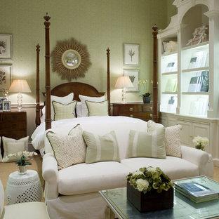 Foto de dormitorio principal, clásico, grande, con paredes verdes y moqueta