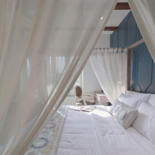 Diseño de dormitorio principal, minimalista, grande, con paredes azules, suelo de baldosas de cerámica y suelo turquesa