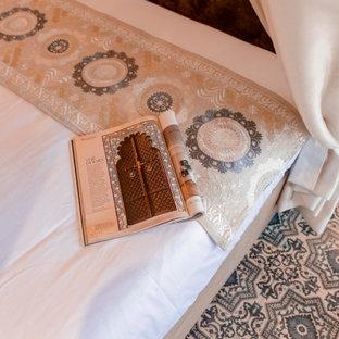 Ejemplo de dormitorio principal, minimalista, grande, con paredes azules, suelo de baldosas de cerámica y suelo turquesa