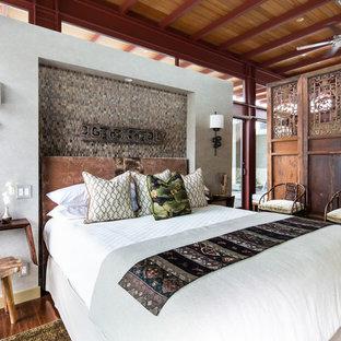 Inspiration pour une chambre asiatique de taille moyenne avec un mur gris et un sol en bois brun.