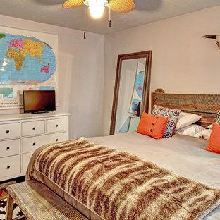 Diseño de dormitorio principal, rural, pequeño, sin chimenea, con paredes grises y suelo vinílico