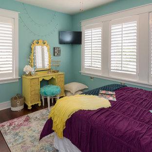 他の地域の中サイズのエクレクティックスタイルのおしゃれな寝室 (青い壁、無垢フローリング、茶色い床) のレイアウト