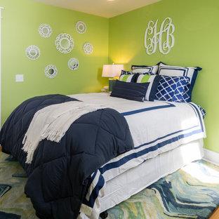 他の地域の中サイズのコンテンポラリースタイルのおしゃれな寝室 (緑の壁、淡色無垢フローリング、茶色い床)