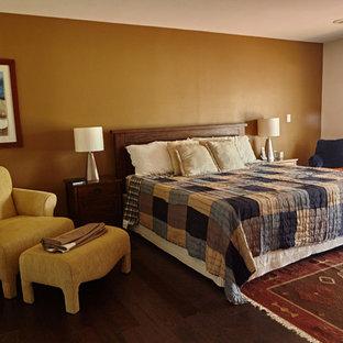 オースティンの中サイズのコンテンポラリースタイルのおしゃれな客用寝室 (黄色い壁、無垢フローリング、暖炉なし、茶色い床) のインテリア