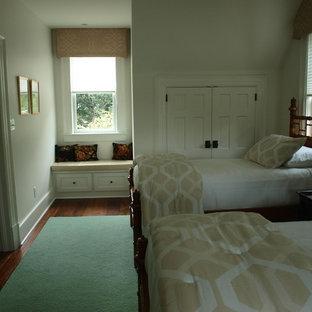Idéer för ett mellanstort klassiskt gästrum, med vita väggar och mörkt trägolv