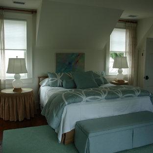Diseño de habitación de invitados tradicional renovada, extra grande, con paredes blancas, suelo de madera oscura, chimenea tradicional y marco de chimenea de ladrillo
