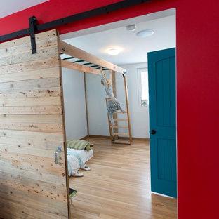 На фото: спальня среднего размера в стиле модернизм с белыми стенами и светлым паркетным полом