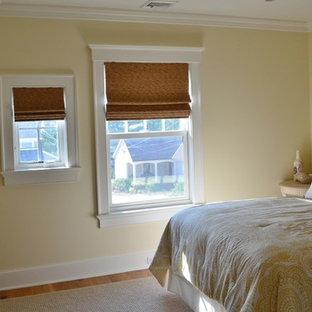 ニューヨークのビーチスタイルのおしゃれな客用寝室 (黄色い壁、無垢フローリング)