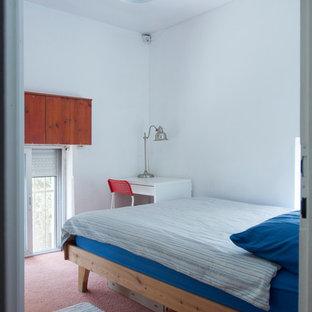 Modelo de habitación de invitados tradicional, pequeña, con paredes blancas, moqueta y suelo rosa