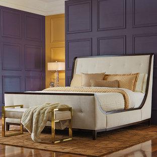 Immagine di una camera matrimoniale moderna con pareti viola, pavimento in legno massello medio e nessun camino