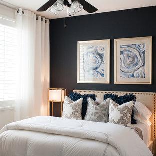 Foto de habitación de invitados tradicional renovada, pequeña, con paredes azules y moqueta