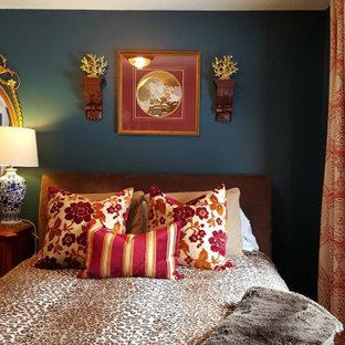 Imagen de habitación de invitados clásica renovada, pequeña, con paredes azules y suelo de madera en tonos medios