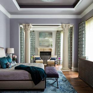 Свежая идея для дизайна: хозяйская спальня в стиле современная классика с фиолетовыми стенами, паркетным полом среднего тона, стандартным камином и фасадом камина из штукатурки - отличное фото интерьера