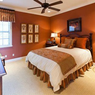Immagine di una grande camera degli ospiti mediterranea con pareti arancioni e moquette
