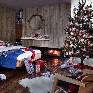 Стильный дизайн: спальня в современном стиле с темным паркетным полом и горизонтальным камином - последний тренд