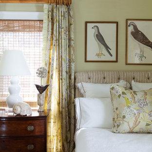Foto på ett tropiskt sovrum, med beige väggar