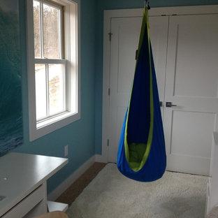 Ejemplo de habitación de invitados clásica renovada, pequeña, sin chimenea, con paredes azules y moqueta
