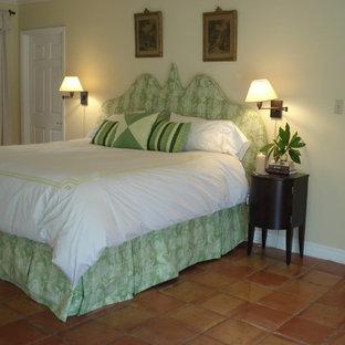 Foto de dormitorio clásico con paredes beige y suelo de baldosas de terracota