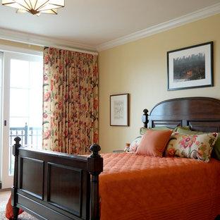 Diseño de dormitorio principal, tradicional, de tamaño medio, con paredes beige, suelo de madera oscura y suelo marrón
