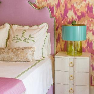 Imagen de habitación de invitados tradicional renovada con parades naranjas y suelo de madera oscura
