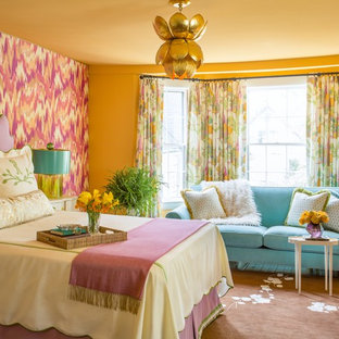 Imagen de dormitorio principal, clásico renovado, grande, con suelo de madera oscura y paredes multicolor