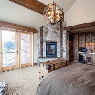 Idéer för att renovera ett stort rustikt huvudsovrum, med beige väggar, heltäckningsmatta, en öppen hörnspis och en spiselkrans i sten