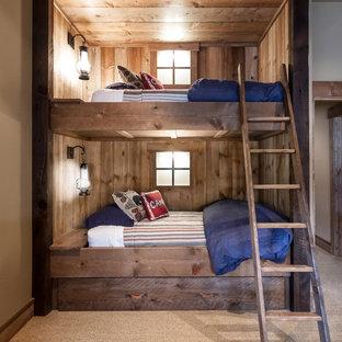 Ejemplo de dormitorio rural, sin chimenea, con paredes beige y moqueta