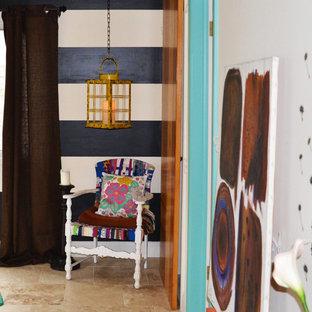 Inspiration för ett mellanstort amerikanskt huvudsovrum, med svarta väggar, klinkergolv i keramik och beiget golv