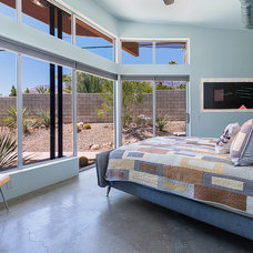 Modern Bedroom by House & Homes Palm Springs Home Staging