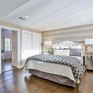 Esempio di una camera matrimoniale chic di medie dimensioni con pareti beige e pavimento in sughero
