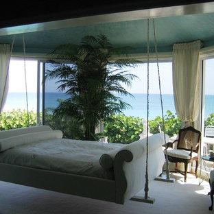 Imagen de habitación de invitados bohemia, de tamaño medio, sin chimenea, con paredes azules y suelo de mármol