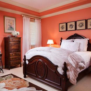 Immagine di una camera da letto chic con pareti arancioni e moquette