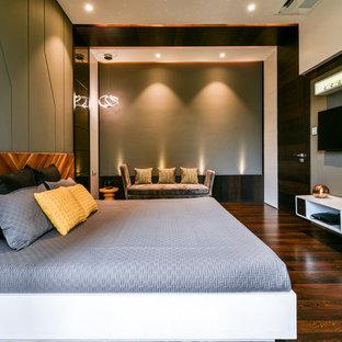 Inspiration för moderna sovrum, med gröna väggar, mörkt trägolv och brunt golv