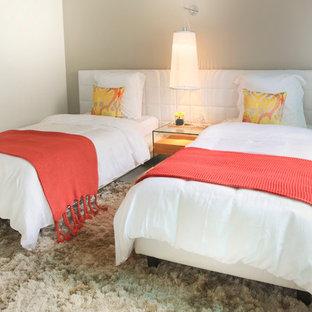 Foto de habitación de invitados actual, de tamaño medio, sin chimenea, con paredes grises, suelo de baldosas de porcelana y suelo gris