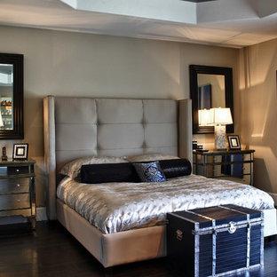 Foto de dormitorio tradicional con paredes grises y suelo de madera oscura