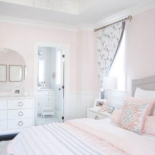 Imagen de habitación de invitados clásica, grande, con paredes rosas, suelo de madera oscura y suelo marrón