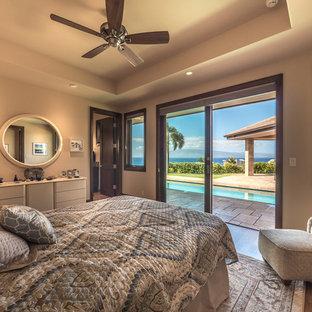 Modelo de habitación de invitados tropical, grande, con paredes beige, suelo de madera clara y suelo multicolor