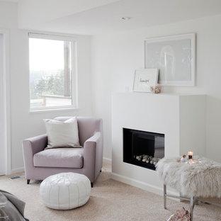 Diseño de dormitorio principal, clásico renovado, de tamaño medio, con paredes blancas, moqueta, chimenea tradicional y marco de chimenea de yeso