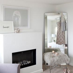 バンクーバーの中くらいのトランジショナルスタイルのおしゃれな主寝室 (白い壁、カーペット敷き、標準型暖炉、漆喰の暖炉まわり) のレイアウト