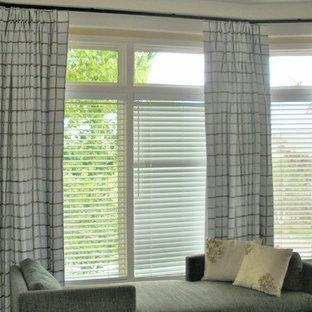 Diseño de dormitorio principal, contemporáneo, grande, con paredes beige, moqueta, chimenea de esquina y marco de chimenea de baldosas y/o azulejos