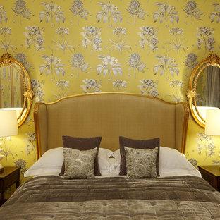 Diseño de dormitorio principal, tradicional, con paredes multicolor