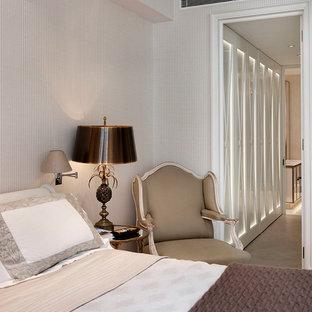 Cette photo montre une chambre victorienne de taille moyenne avec un mur beige et aucune cheminée.