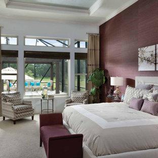 На фото: большая хозяйская спальня в стиле современная классика с красными стенами, ковровым покрытием и бежевым полом без камина с