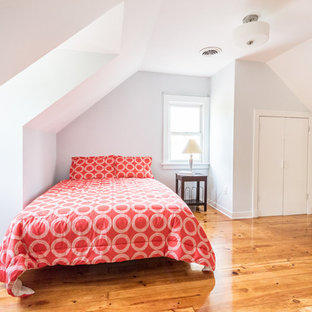 Inspiration for a mid-sized contemporary guest light wood floor bedroom remodel in Wilmington with gray walls