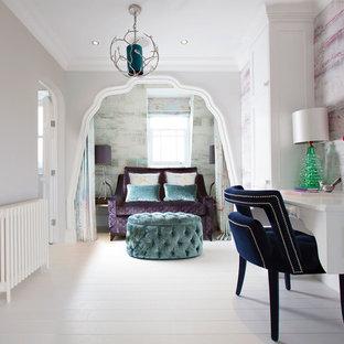 Exemple d'une grand chambre chic avec un mur gris et un sol en bois peint.