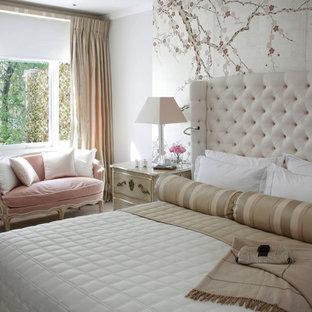 Exemple d'une chambre avec moquette victorienne avec un mur blanc.